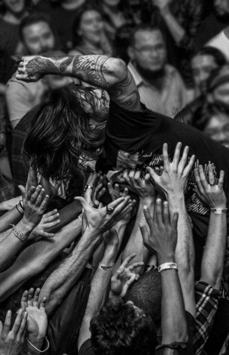stage dive em show de rock
